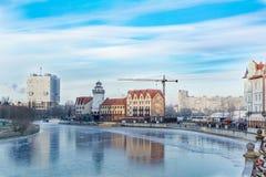 Fischdorf, Eis auf Pregola-Fluss Lizenzfreie Stockbilder
