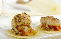 Fische auf Gemüse und Chips Lizenzfreie Stockfotografie