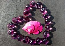 Fische auf Herzen lizenzfreie stockfotos