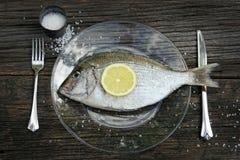 Fische auf Platte mit Messer und Gabel Stockfoto