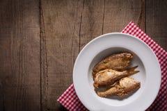 Fische auf Platte mit Plaidrotserviette Stockfotos