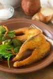 Fische brieten im Maismehl, gedient mit Salat, Brot und Wein Lizenzfreies Stockfoto