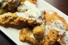 Fische brieten im Teig, köstlicher zerschlagener Fisch auf einer Platte mit Chips, Mahlzeit der Fisch und Zerschlagener Kabeljau Stockbilder