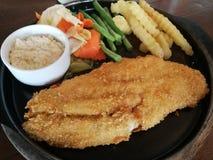 Fische brieten Stapel mit Gemüse der Salat und Kartoffeln, die gebraten wurden stockbilder