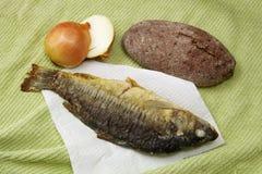 Fische, Brot und Zwiebeln Stockfotografie