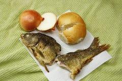 Fische, Brot und Zwiebeln Lizenzfreie Stockfotos