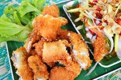 Fische, Chips und Salat stockfotos