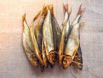 Fische der geräucherten Heringe Köstliche geräucherte Fische auf der Leinwand Lizenzfreie Stockbilder