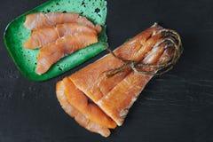 Fische des geräucherten Lachses auf einem Schieferbrett Draufsicht an cutted Scheiben des geräucherten Lachses Lizenzfreies Stockfoto