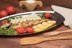 Fische gebacken in der Folie auf einem Behälter Lizenzfreies Stockfoto