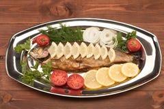 Fische gebacken in der Folie auf einem Behälter Lizenzfreie Stockfotografie