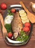 Fische gebacken in der Folie auf einem Behälter Stockbild
