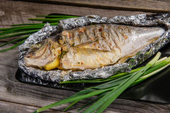 Fische gebacken mit Zitrone und Kräutern Stockfotografie