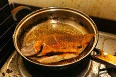 Fische gebraten in einer Bratpfanne Stockbild