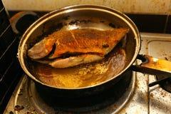 Fische gebraten in einer Bratpfanne Lizenzfreie Stockfotos