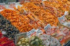 Fische, Kalmar und Krebstiere für Verkauf stockfotos
