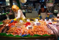 Fische kaufen im La Boqueria Markt Stockfoto