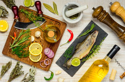 Fische mit dem Kochen von Bestandteilen lizenzfreie stockfotos