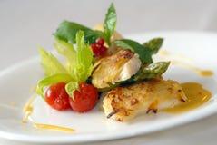 Fische mit Grüns und Tomaten lizenzfreies stockfoto