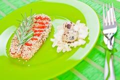 Fische mit indischem Sesam auf einer grünen Platte stockbild