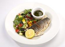 Fische mit Salat Stockfoto