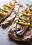 Fische mit Zitrone auf einem Grill Lizenzfreie Stockfotografie