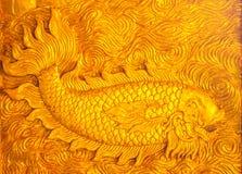Fische schnitzen Gold stockbild