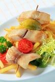 Fische spiessen und Pommes-Frites auf Stockfotografie