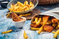 Fische u. Chips gedient im Papier Lizenzfreie Stockfotos