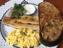 Fische und Eier zum Frühstück mit Toastroggenbrot Stockfotografie
