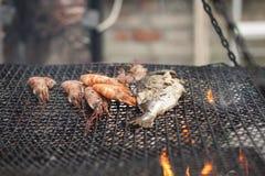 Fische und Garnele gekocht auf dem Grill Stockfotografie