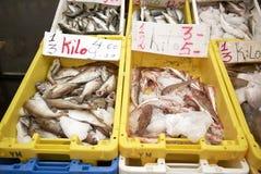 Fische verkauft in Dappermarkt in Amsterdam Stockbilder