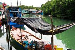 Fische werden in einem Fischerboot in einem kleinen Fisch getrocknet Stockfotografie