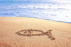 Fische Zeichen gezeichnetes O ein Strand Stockbilder