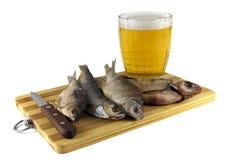 Fische zum Bier an Bord mit Messer Lizenzfreies Stockfoto