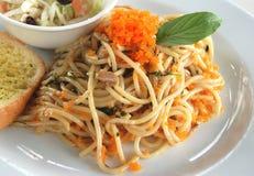 Fischei-Spaghettibasilikumsoße Stockfotografie