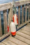 Fischen-Bojen auf einem Pier Stockfotografie