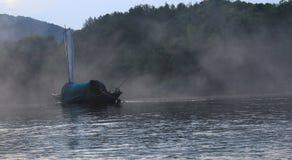Fischen-Boot im Fluss an der guyan Malereistadt, Lishui, Zhejiang lizenzfreies stockbild