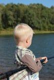 Fischen. Der kleine Junge Lizenzfreie Stockfotografie