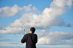 Fischen des jungen Mannes Lizenzfreies Stockfoto