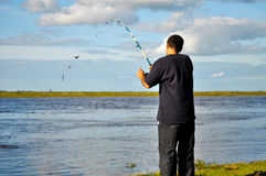 Fischen des jungen Mannes Lizenzfreie Stockfotos