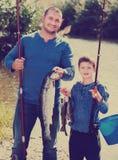 Fischen des Mannes und des kleinen Jungen Stockbilder