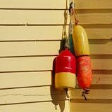 Fischen gibt Hausmauer-Gelb Auftrieb Lizenzfreies Stockfoto