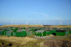 Fischen-Hütten und Windkraftanlagen Lizenzfreies Stockbild