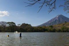 Fischen mit zwei Fischern in den Ufern der Ometepe-Insel im See Nicaragua, mit dem Concepción-Vulkan auf dem Hintergrund Lizenzfreie Stockfotografie