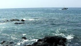 Fischen-Motorboot auf Ozean vor großer Insel Hawaii stock footage