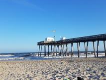 Fischen-Pier durch das Meer Lizenzfreie Stockbilder