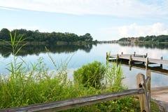 Fischen Pier Early Morning Bayou lizenzfreie stockbilder