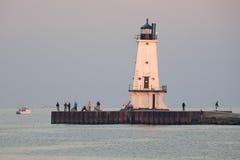 Fischen-Pier, Fischer und Leuchtturm Lizenzfreie Stockbilder