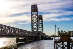 Fischen Pier Shed u. Brücke des abgehobenen Betrages am frühen Morgen stockbild